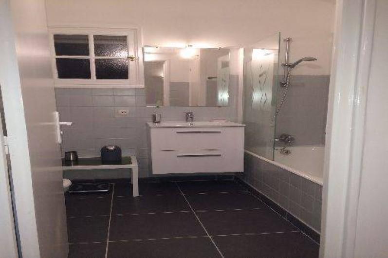Location de vacances - Mas à La Croix-Valmer - Salle de bain avec baignoire - w.c. et lave-linge - étage