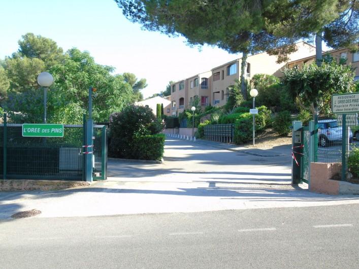Location de vacances - Studio à Sanary-sur-Mer - La Résidence (entrée)