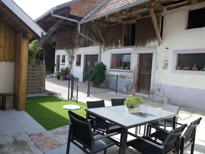 Location de vacances - Gîte à Rumersheim-le-Haut - ESPACE EXTERIEUR VUE SUR LA GRANGE