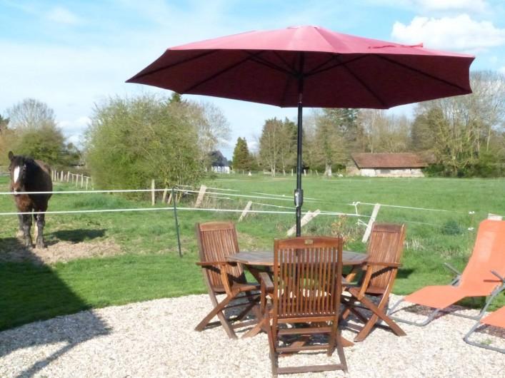 Location de vacances - Roulotte à Malleville-sur-le-Bec - Salon de jardin avec barbecue