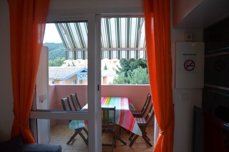 Location de vacances - Appartement à Cerbère - Terrasse avec store et salon de jardin. Coin plancha.