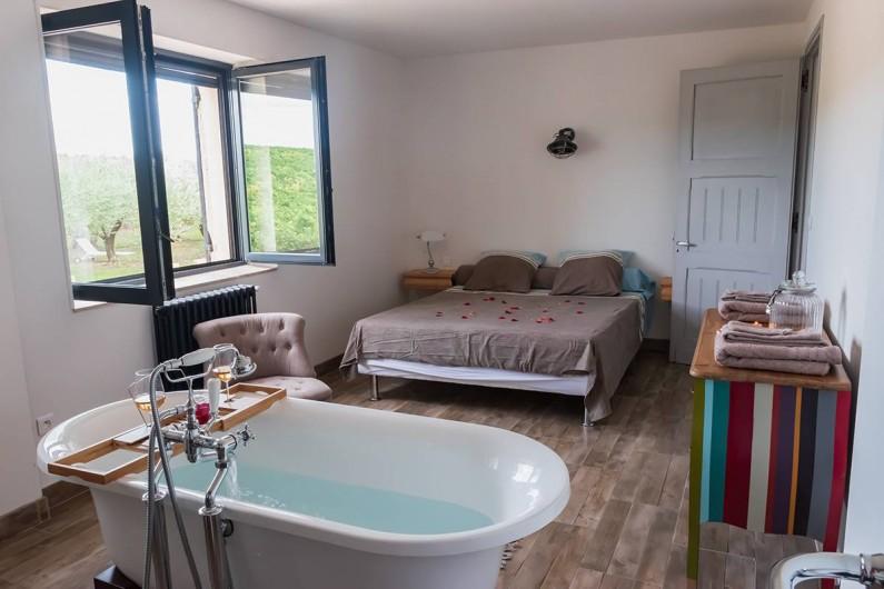 Location de vacances - Mas à Vauvert - Chambre parentale avec lit en 160cm, baignoire et deux lavabos