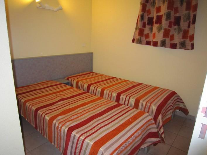 Location de vacances - Appartement à Le Cap d'Agde - La chambre et ses lits jumeaux