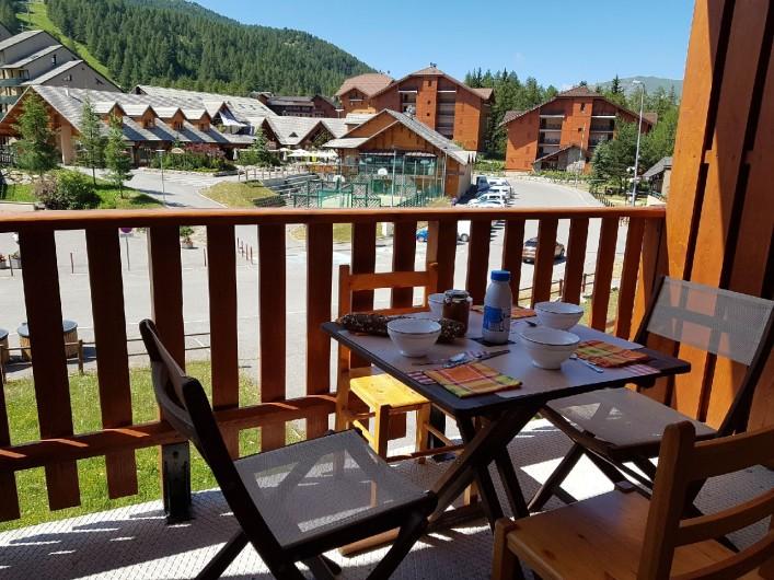 Location de vacances - Appartement à La Joue du Loup - Vue du balcon sur le coeur de la station de ski, en face restaurants, commerces