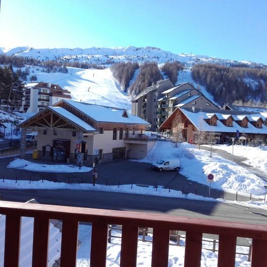 Location de vacances - Appartement à La Joue du Loup - Vue du balcon l'hiver, en face les pistes de ski