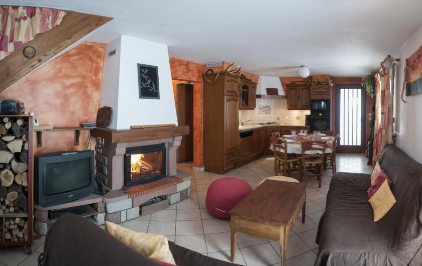 Location de vacances - Chalet à Le Clerjus - le salon et la cuisine en arrière plan