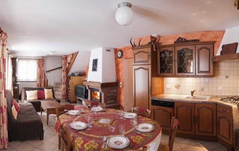 Location de vacances - Chalet à Le Clerjus - la cuisine et le salon en arrière plan