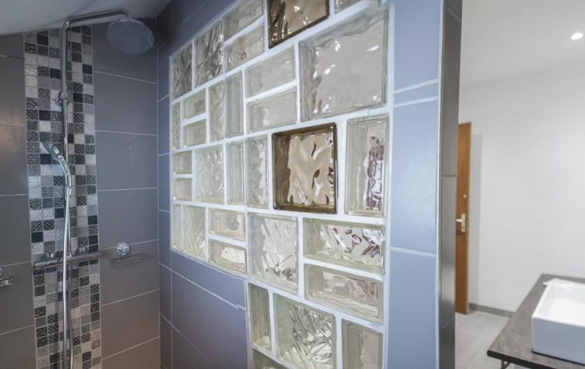Location de vacances - Chalet à Le Clerjus - la douche à l'italienne au premier étage