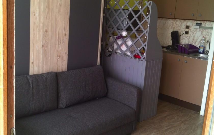 Location de vacances - Studio à Gérardmer - salon et cuisine derrière
