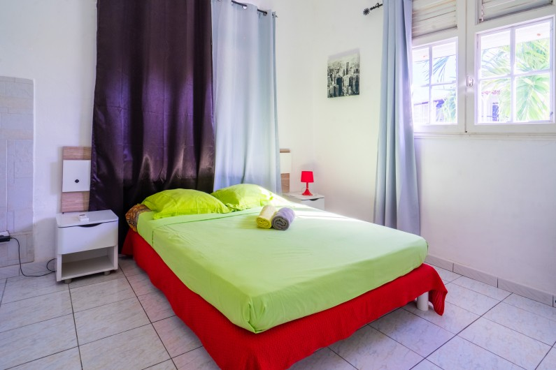 Location de vacances - Villa à Sainte-Anne - coin tv avec lit clic clac et wc indépendant