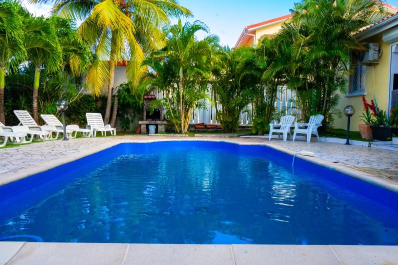 Location de vacances - Villa à Sainte-Anne - l'arrière de la maison avec la piscine