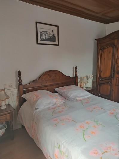 Location de vacances - Chambre d'hôtes à Sainte-Marie-aux-Mines - sa chambre avec LIT DOUBLE & son ARMOIRE à CHAPEAU de GENDARME