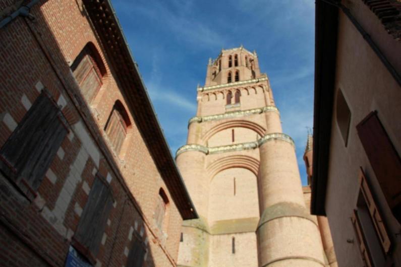 Location de vacances - Gîte à Albi - Vue de la cathédrale en sortant de la cour