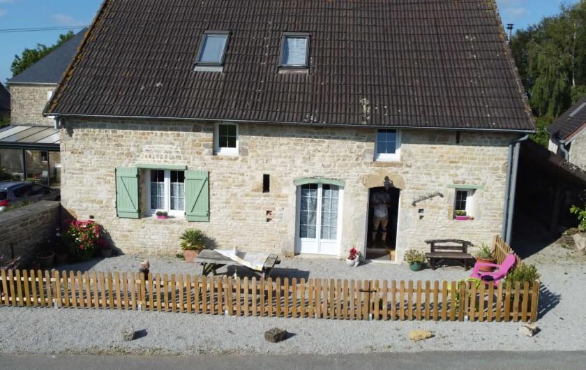 Location de vacances - Gîte à Picauville - Une courette avec table de jardin deux relax  un barbecue  un banc