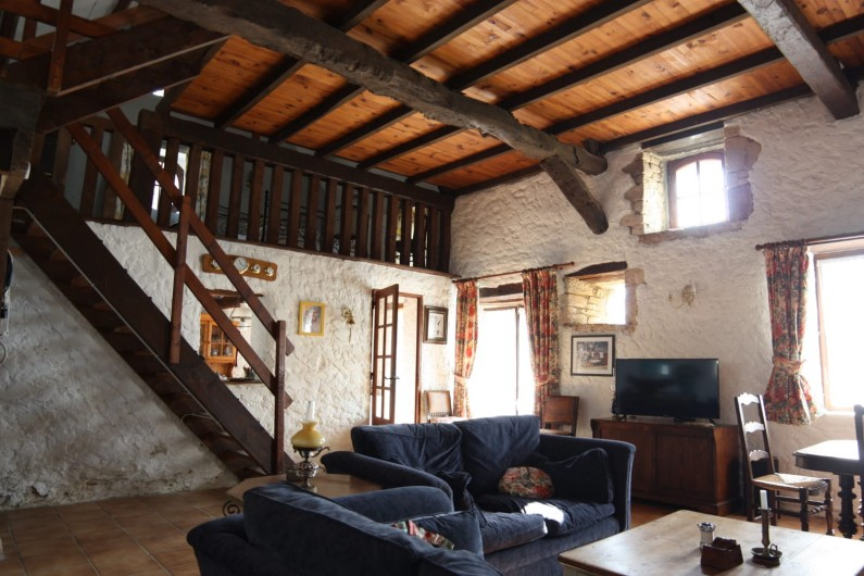 Location de vacances - Gîte à Picauville - Séjour avec télévision Un coin repas une table quatre chaises