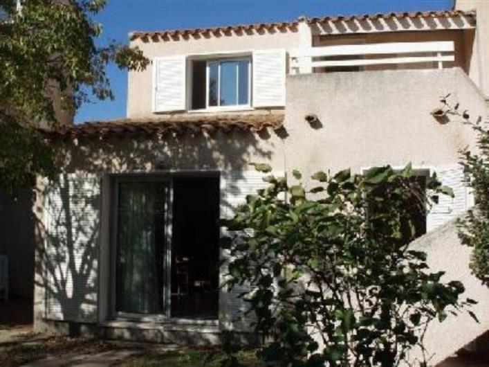 Location de vacances - Villa à Portiragnes - Villa B, vue du jardin côté sud: terrasse séjour et chambre du rdc.