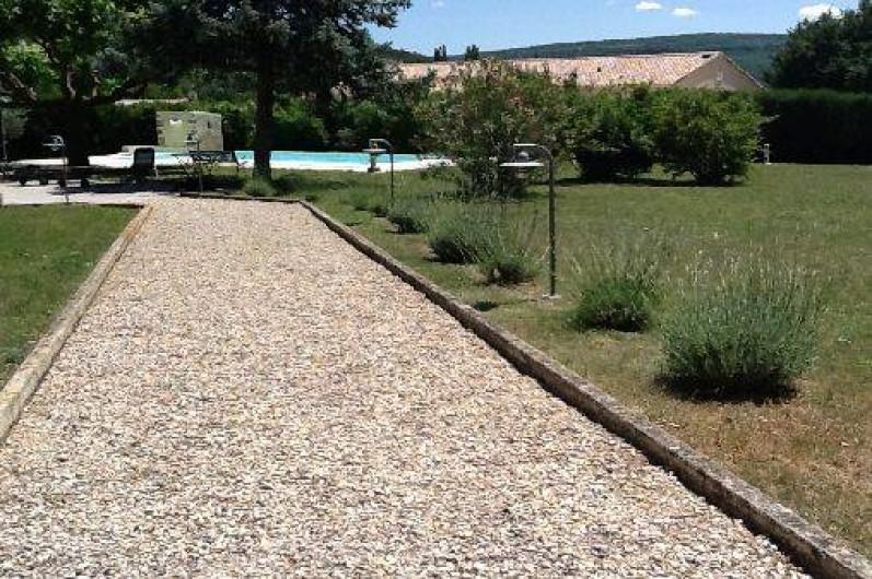 Location de vacances - Villa à Roussas - Allée depuis portail d'entrée