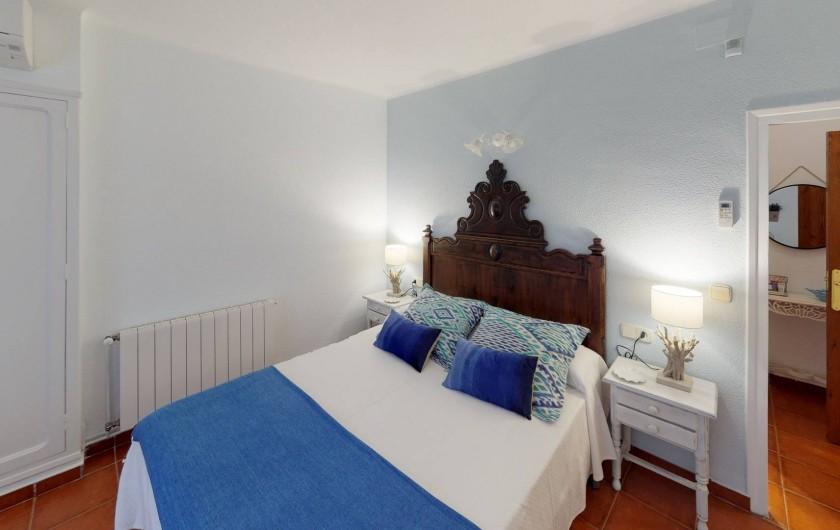 Location de vacances - Mas à Sant Antoni de Calonge - Le lit de la suite parentale est travaillé à la main
