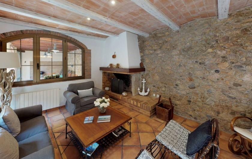 Location de vacances - Mas à Sant Antoni de Calonge - Quoi de mieux qu'un salon illuminé par une cheminée?