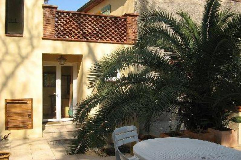 Location de vacances - Appartement à Collioure - entrée et Terasse donnant sur le jardin avec barbecue
