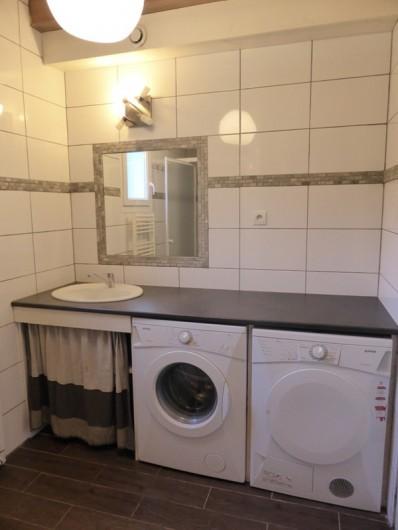 Location de vacances - Chalet à Gérardmer - salle de bains avec lave  linge et sèche linge