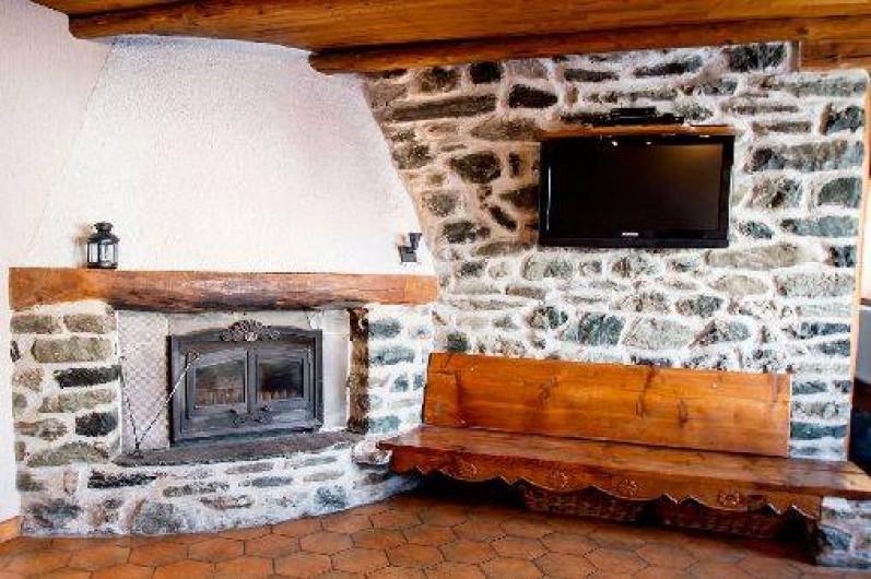 Location de vacances - Chalet à Saint-Véran - Le coin cheminée avec écran plat et lecteur Blu-Ray