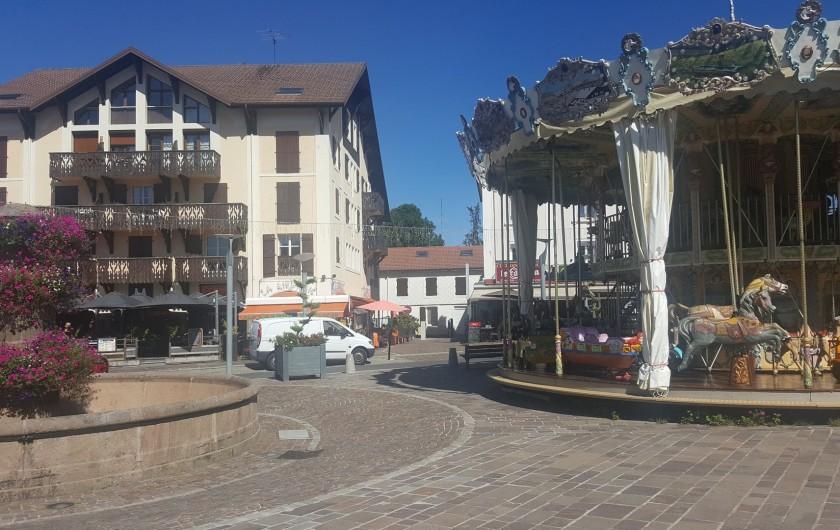 Location de vacances - Appartement à Gérardmer - La place avec Carrousel devant l'hébergement