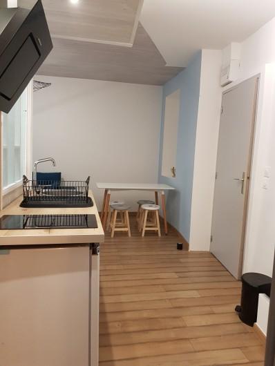 Location de vacances - Appartement à Saint-Montan - Kitchenette: micro onde, cafetière Senseo, ustensiles de cuisines, bouilloire