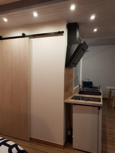 Location de vacances - Appartement à Saint-Montan - Kitchenette: Plaque induction, hotte , égouttoir, frigo, évier grille pain