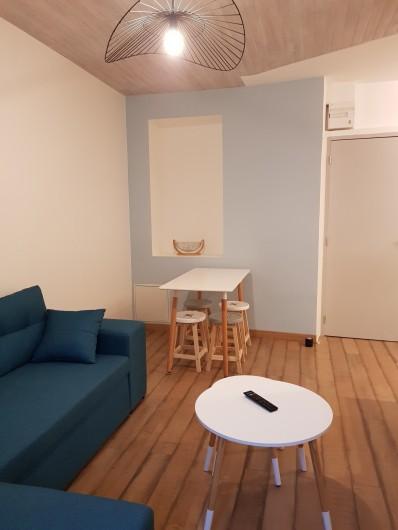 Location de vacances - Appartement à Saint-Montan - Séjour-coin repas, ventilateur