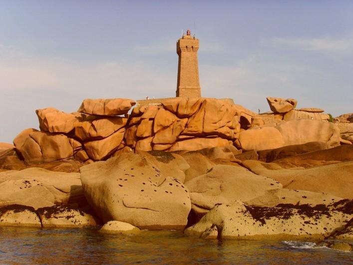 Location de vacances - Gîte à Perros-Guirec - phare et granit rose sur le sentier près des gites tiploum de Ploumanach