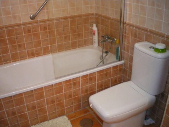 Location de vacances - Maison - Villa à Torrox Costa - Salle de bain baignoire et wc