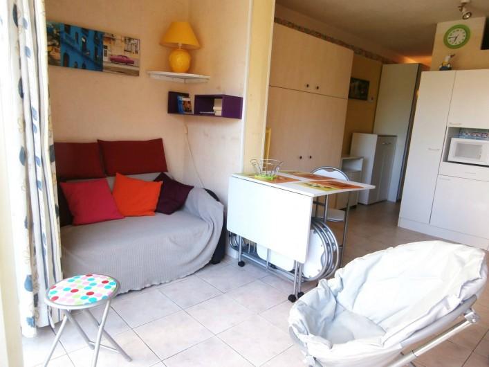Location de vacances - Studio à Gruissan - séjour-sofa-armoire lit fermé