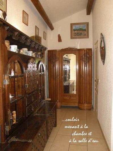 Location de vacances - Gîte à Meyras - Petit couloir menant à chambre et  salle d'eau. - Penderie dans armoire -