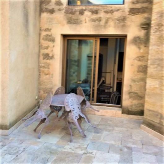 Location de vacances - Appartement à Pézenas - terrasse privative donnant sur baie vitrée de la salle à manger