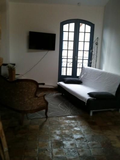 Location de vacances - Appartement à Pézenas - salon sur rue