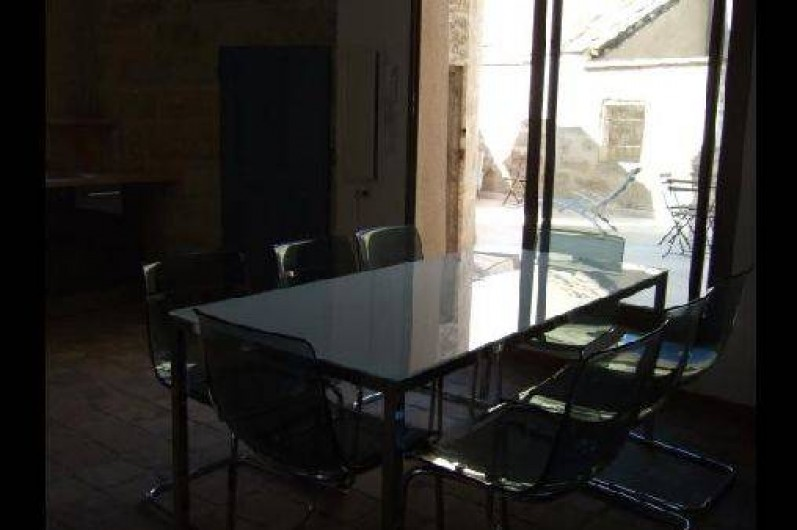 Location de vacances - Appartement à Pézenas - Coin salle à manger donnant sur la terrasse privative.