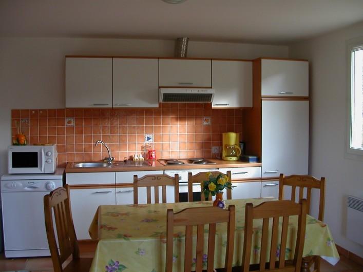 Location de vacances - Gîte à Gagnières - Séjour avec cuisine intégrée toute équipée