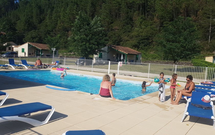 Location de vacances - Gîte à Gagnières - la piscine  avec de confortables relax