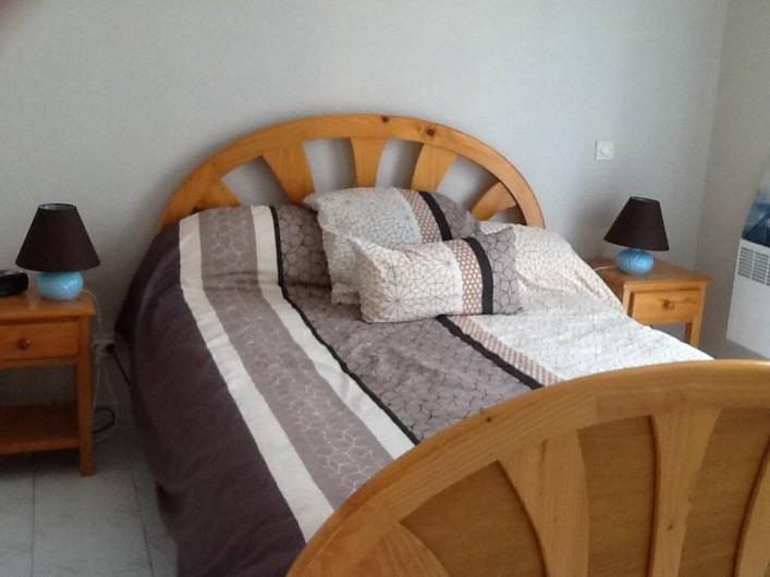 Location de vacances - Villa à Frontignan - Chambre avec lit en 140, grand placard et accès à l'extérieur