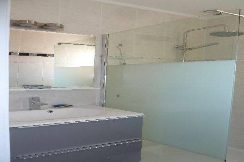 Location de vacances - Appartement à Montescot - salle de douche avec vasque et douche italienne