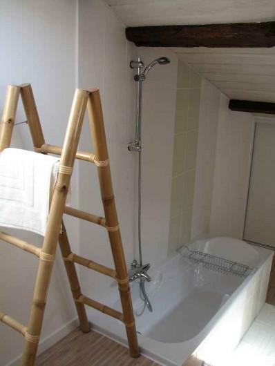 Location de vacances - Gîte à Les Clouzeaux - Salle de bain avec accès entre 2 chambres