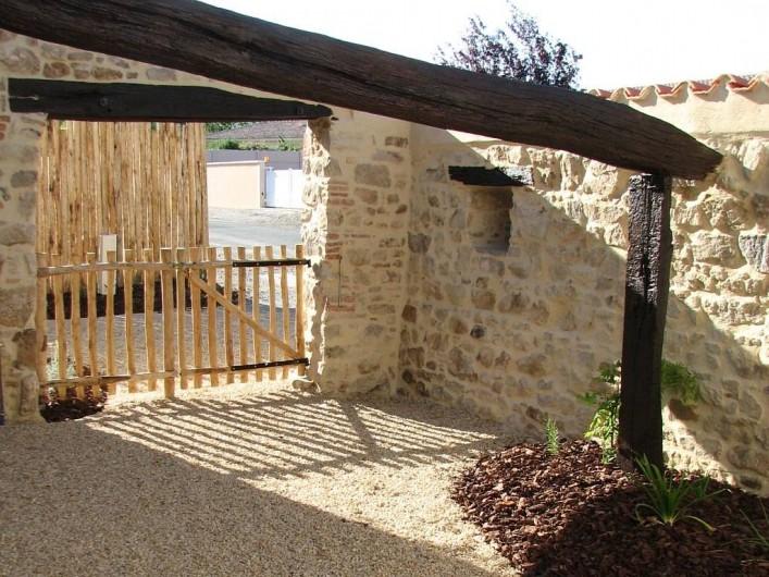 Location de vacances - Gîte à Les Clouzeaux - Patio avec barbecue