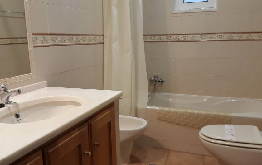 Location de vacances - Villa à Albufeira - Salle de bain à côté de la chambre  crème