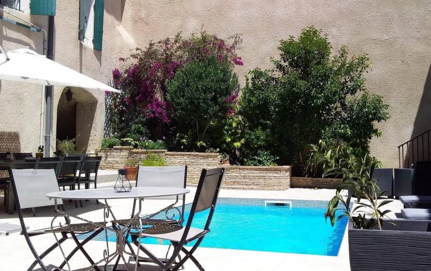 Location de vacances - Appartement à Autignac - Patio avec piscine, espaces repas et détente