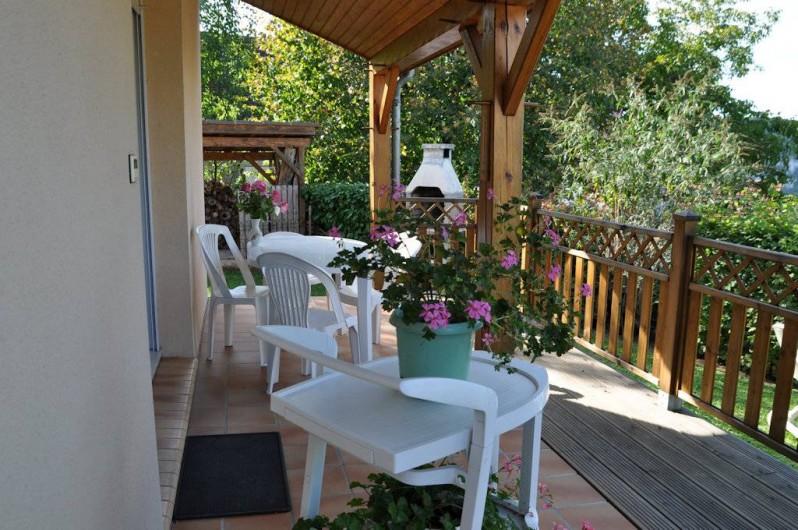 Location de vacances - Gîte à Le Bougayrou - Terrasse de 18 m2 (dont 12 m2 couvert) côté vallée avec salon de jardin