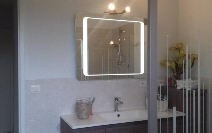 Location de vacances - Gîte à Le Bougayrou - Salle d'eau avec lavabo, miroir et douche à l'italienne