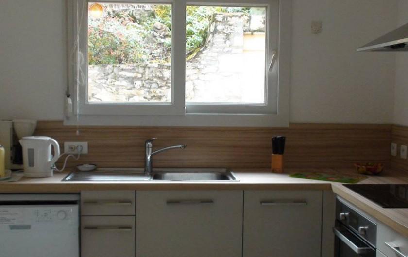 Location de vacances - Gîte à Le Bougayrou - Cuisine avec lave vaisselle, évier sous la fenêtre et bouilloire